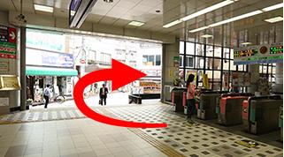 梅島駅の改札から見て右側の出口から出ます。