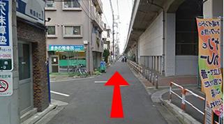 しばらく歩くと交差点にさしかかりますが、そのまま直進してください。